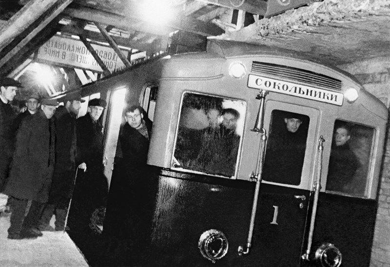 Первый поезд московского метро совершает пробный рейс. 1934 год.