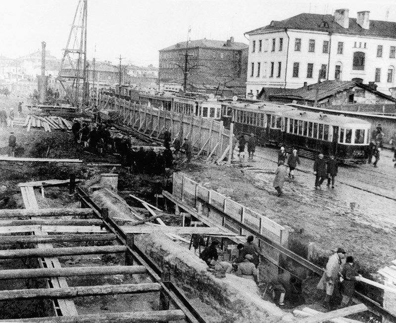 На фото: открытое строительство шахты метрополитена в Москве, 1933 год.