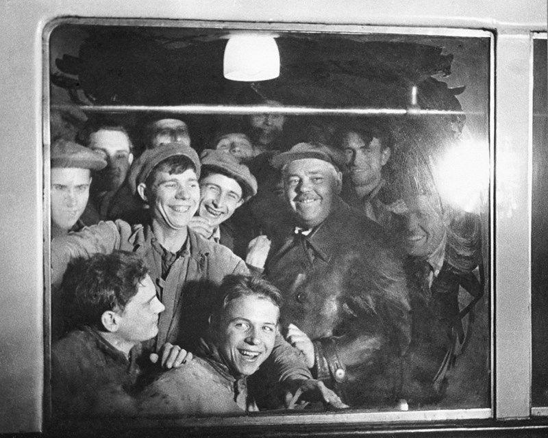 Первыми пассажирами стали лучшие метростроевцы.