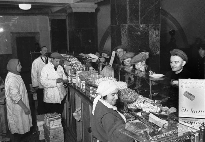буфет в северном вестибюле станции метро «Охотный Ряд», 1935 год.