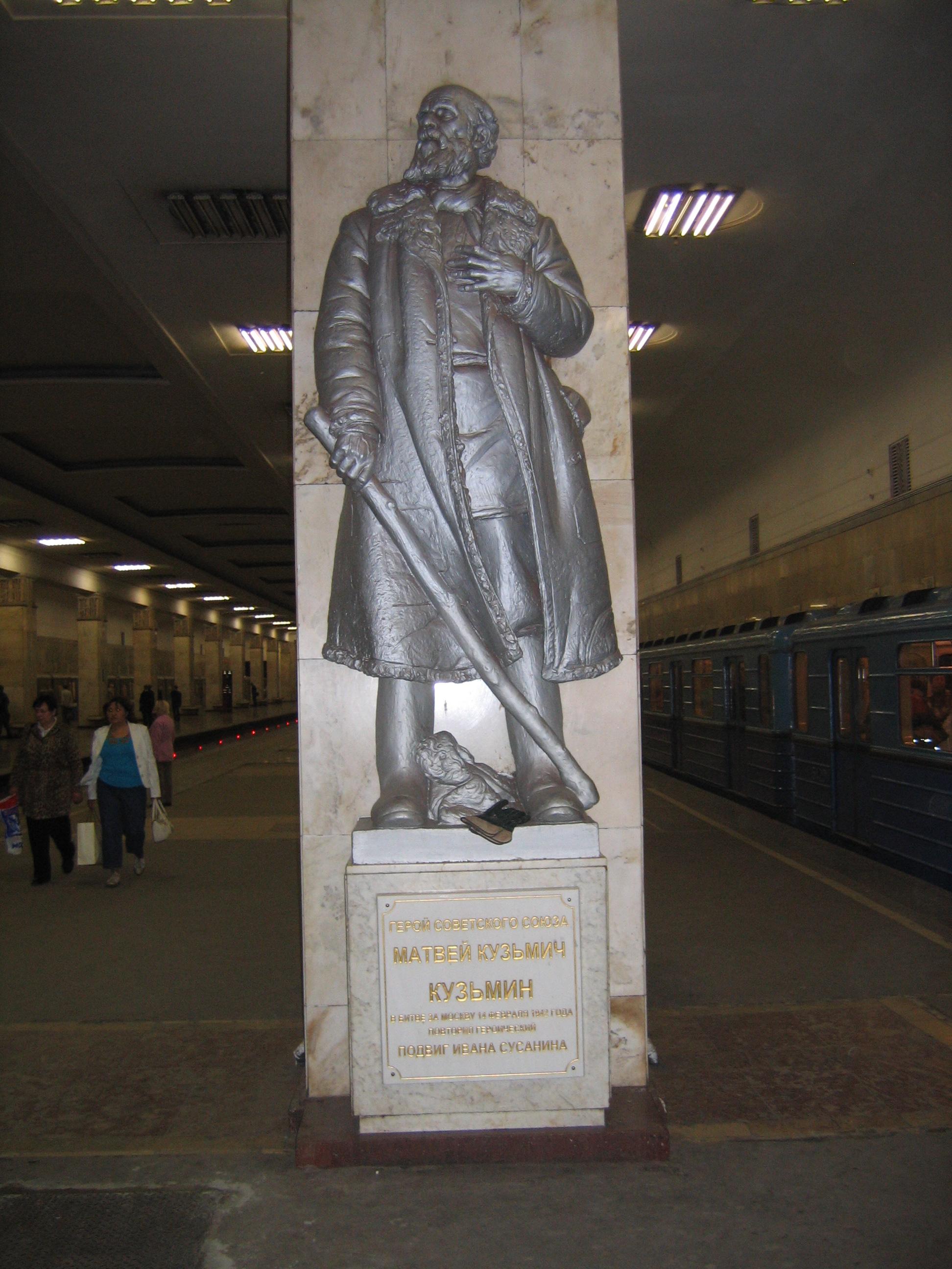 Matvey_Kuzmin_monument_(Partizanskaya_station,_Moscow)