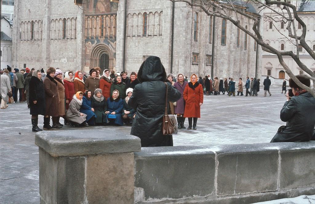 На экскурсии в Кремле, женщины одеты в однотипные пальто