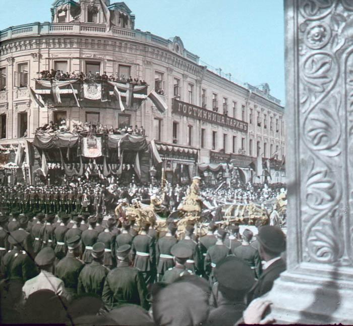 """Название: """"Korunovační průvod Alexandra II. u hotelu Paříž"""" , správně Mikuláše II. , Moskva."""