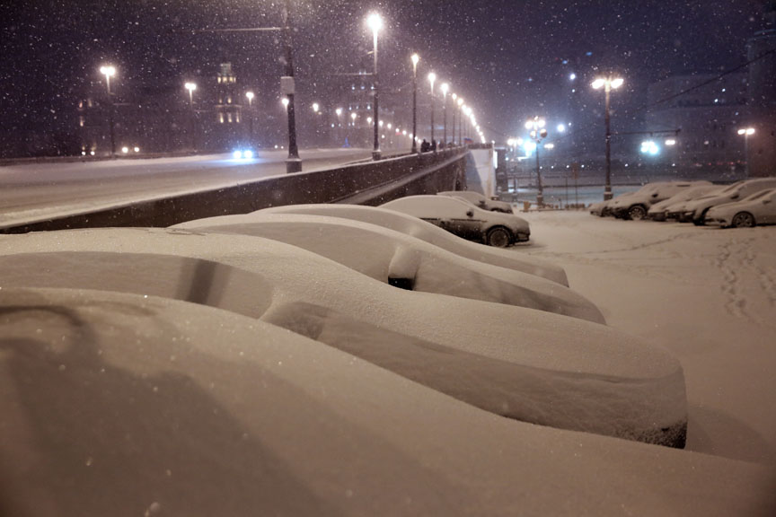 MOSCOW, RUSSIA. JANUARY 16, 2016. Snow-covered cars parked in Vasilyevsky Spusk off Moscow's Red Square. Alexandra Krasnova/TASS
