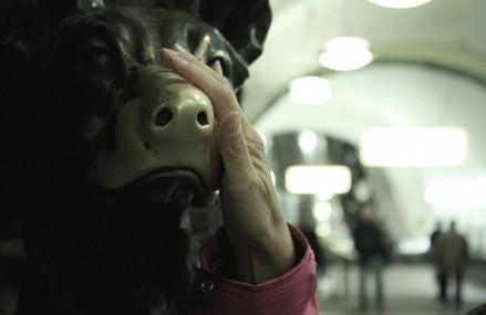 Собака приносящая удачу в метро.
