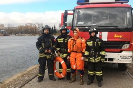 На Гольяновском пруду пожарные спасли двух человек.