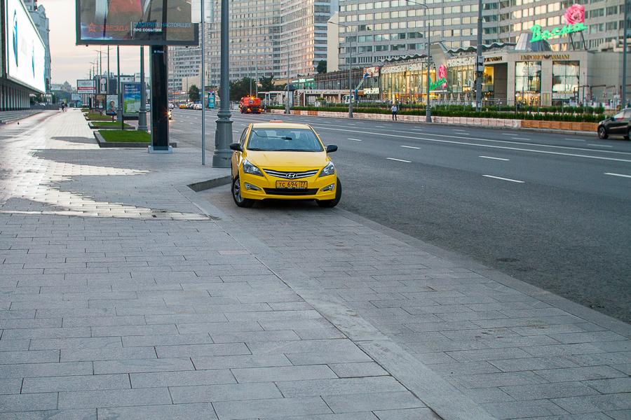 По всей улице запретили парковку и стали активно контролировать нарушение правил. Для такси сделаны карманы