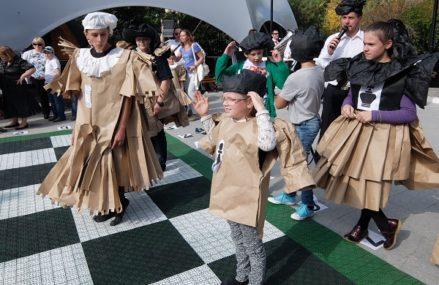 Маскарадный турнир «Живые шахматы» в Сокольниках