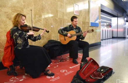 Пассажиры метро могут узнать, на каких площадках будет выступать их любимый музыкант.