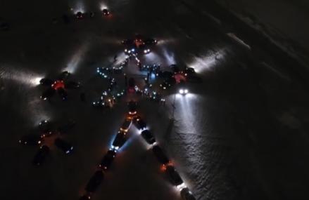 По стране покатилась волна новогодне-автомобильных флешмобов.
