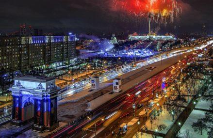 Красочный салют, который прогремел над Москвой по случаю Дня защитника Отечества!