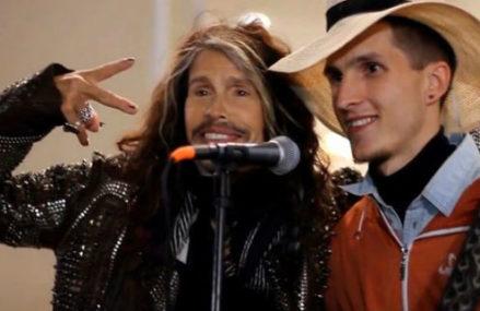 Стивен Тайлер поёт с московским уличным музыкантом