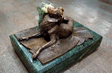 В вестибюле станции Менделеевская стоит памятник собаке по кличке Мальчик
