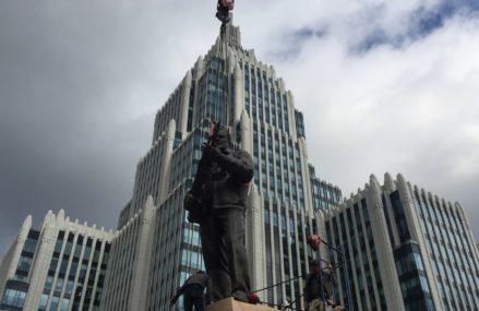 В Москве установили памятник Калашникову
