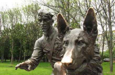 Памятник военному инструктору с собакой