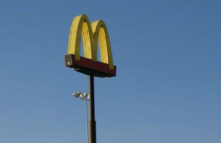 Школьницу ограбили в туалете McDonald's в Гольяново