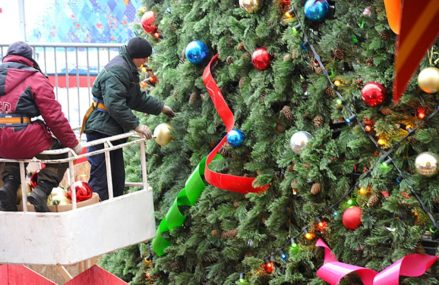 Новогодние елки начнут устанавливать на вокзалах Москвы