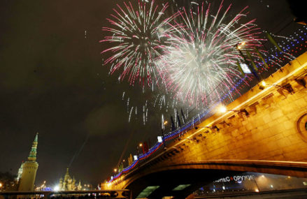 Москва встретит Новый год залпами фейерверков в 19 столичных парках