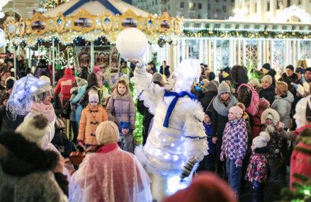 Стеклянный театр, Санта и марионетки: что покажут гостям «Путешествия в Рождество» на Тверской площади