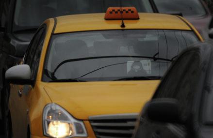 Водитель такси ограбил пассажира‑студента из Балашихи и высадил его на МКАД