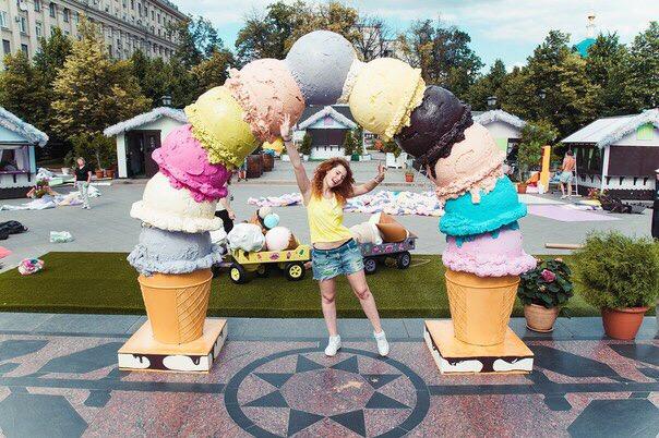 В программе московского праздника мороженого заявлено более сотни развлекательных и музыкальных мероприятий, а начнется веселое торжество с яркого костюмированного карнавального шествия, которое стартует в от входа в парк «сокольники».