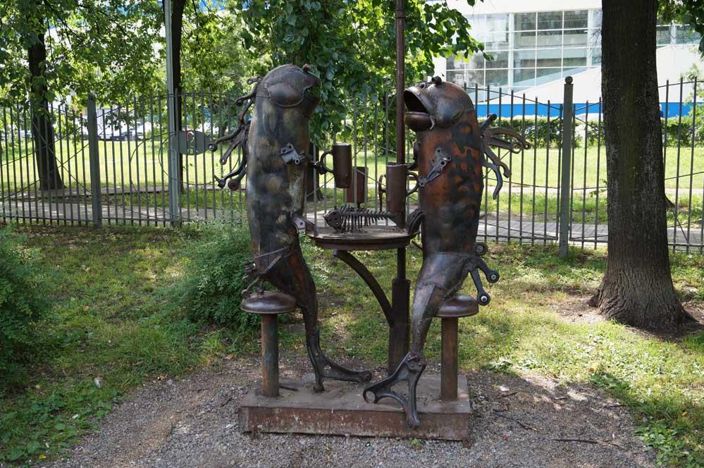 Впрочем, в этом и есть основная «фишка» скульптора, который находит весь необходимый материал на столичных свалках, демонстрируя тем самым оригинальный способ утилизации мусора.