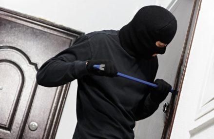 Грабитель взломал две металлические двери в квартире на востоке Москвы, чтобы украсть миллион