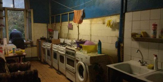 «Адские условия». Почему москвичи до сих пор живут в бараках?