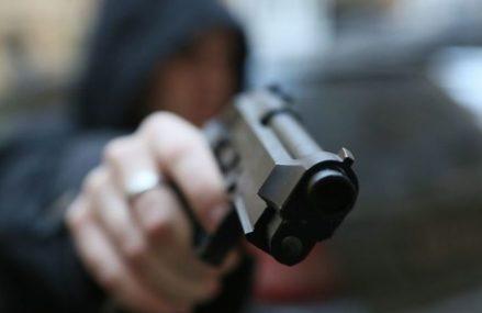 Двое неизвестных с пистолетом и ножом ограбили магазин в Перово