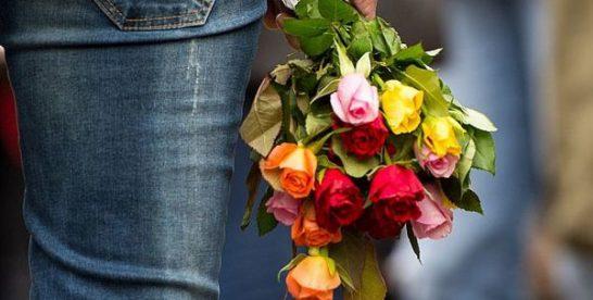 Мужчина украл букет цветов в Новокосино и подарил девушке