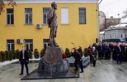 В Москве появился памятник Александру Солженицыну