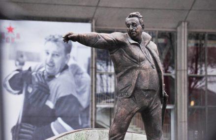 Памятник хоккейному тренеру Анатолию Тарасову открыли в Москве