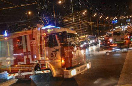 Пожарные эвакуировали 12 человек из горящего здания на улице Буракова