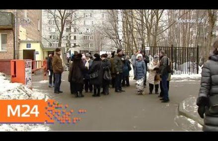 Жители 5-этажки в Измайлове отгородились от своих соседей забором, который перекрыл тем проход к метро.