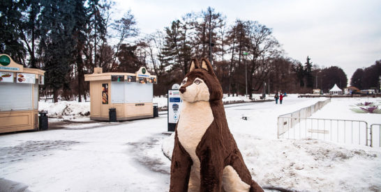 В Парке «Сокольники» появилась двухметровая собака-обнимака