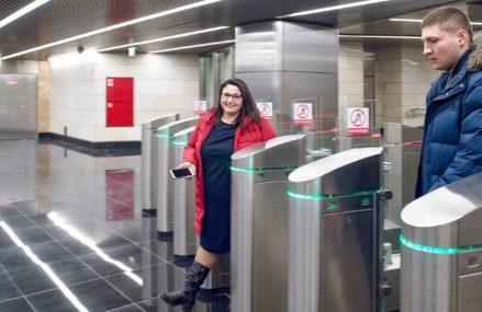 Терминалы для бесконтактной оплаты проезда появились на всех станциях метро