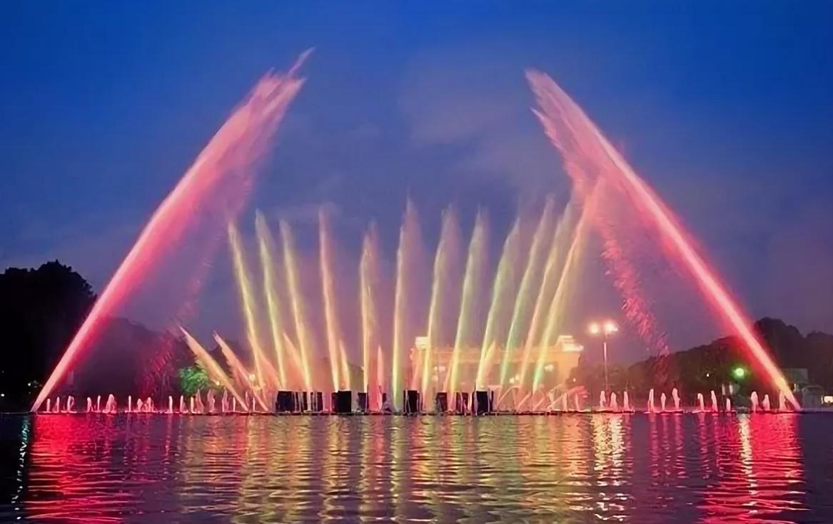Светомузыкальный фонтан в парке Горького.