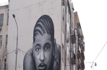 Москвичи потребовали закрасить граффити с портретом умершего друга Тимати