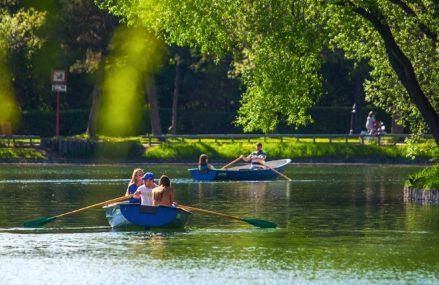 Водные прогулки: в каких парках можно покататься на лодке или катамаране