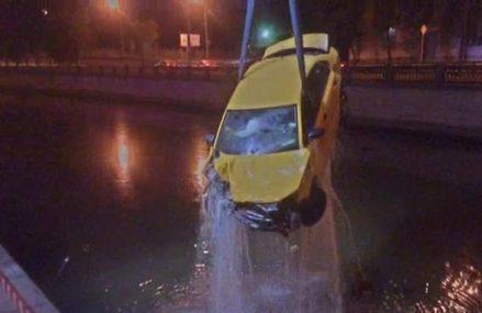 В Москве автомобиль такси на высокой скорости протаранил ограждение и рухнул в Яузу.