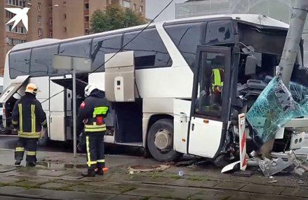 Купил лицензию: автобус с китайскими туристами врезался в столб