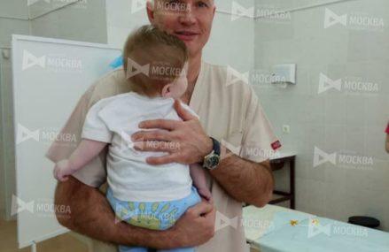 Московские врачи прооперировали ребёнка с тремя ногами.