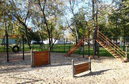 Четыре площадки для выгула собак обустроили с начала года в парках ВАО