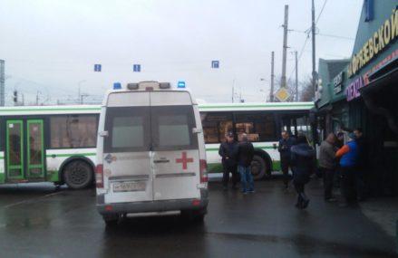 На востоке Москвы автобус врезался в торговые ряды