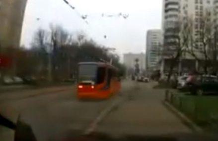 В сеть попало видео «взбесившегося» трамвая в Москве