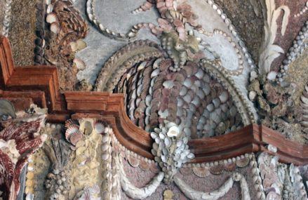 Павильон старинной усадьбы «Кусково» украсили морскими раковинами
