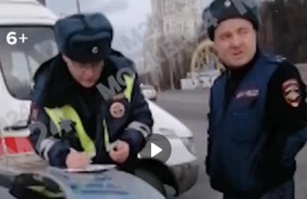 Сотрудники ДПС приняли роды прямо в патрульной машине