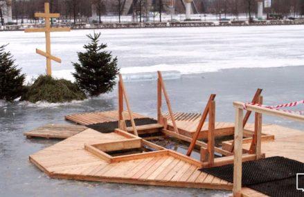 Места для крещенских купаний традиционно оборудуют на Белом и Святом озерах
