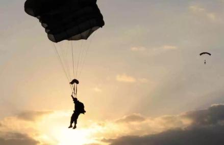 В Сети появилось видео прыжка двух человек с крыши в Москве