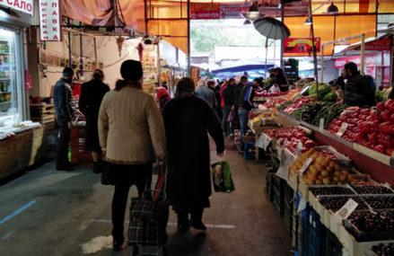 «Сунул помидор прямо в нос»: что творится на московских рынках